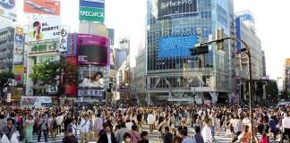 dav ľudí v japonskom tokyu na ulici v meste