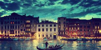 Benátky , Taliansko , loďka , večer