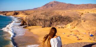 Lanzarote, žena na pobreží