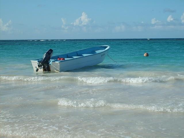 dominikánska republika pláž s člnom