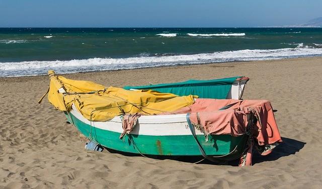 rybárska loďka na pláži v španielskej andalúzii