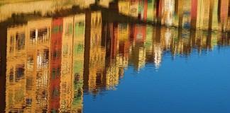 mesto girona v španielsku odraz budov vo vode