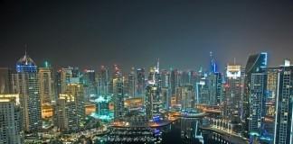 dubaj v noci mrakodrapy