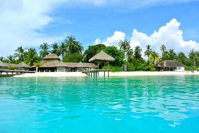 pláž a domčeky na maledivách na pláži
