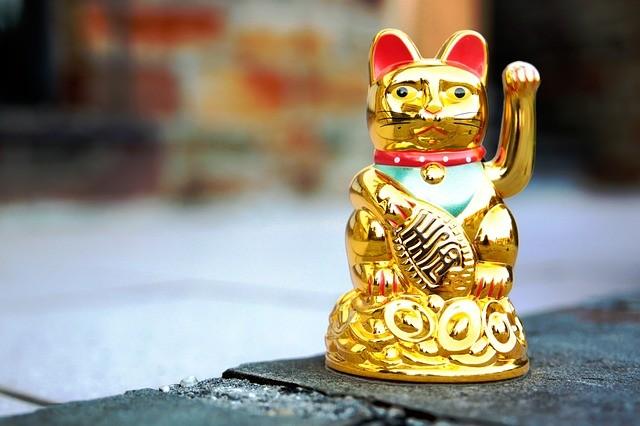 zlatá mačka mávajúca labkou ázijský talizman