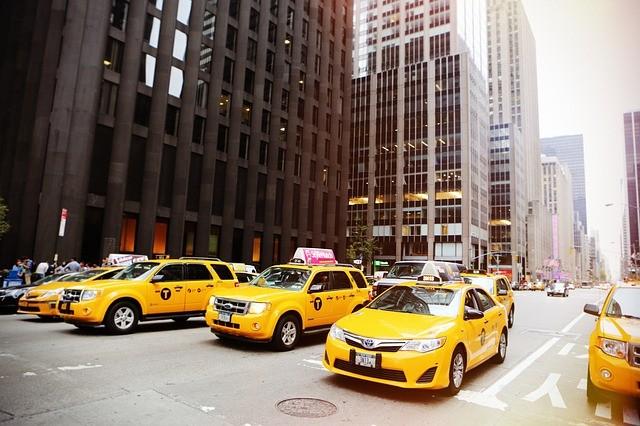 žlté taxíky v uliciach new yorku