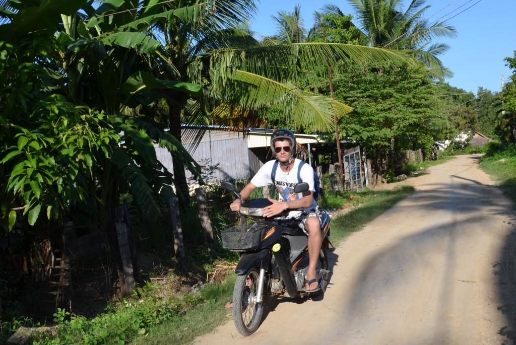 Spoznávanie dediniek v kambodžskej džungli na motorke.