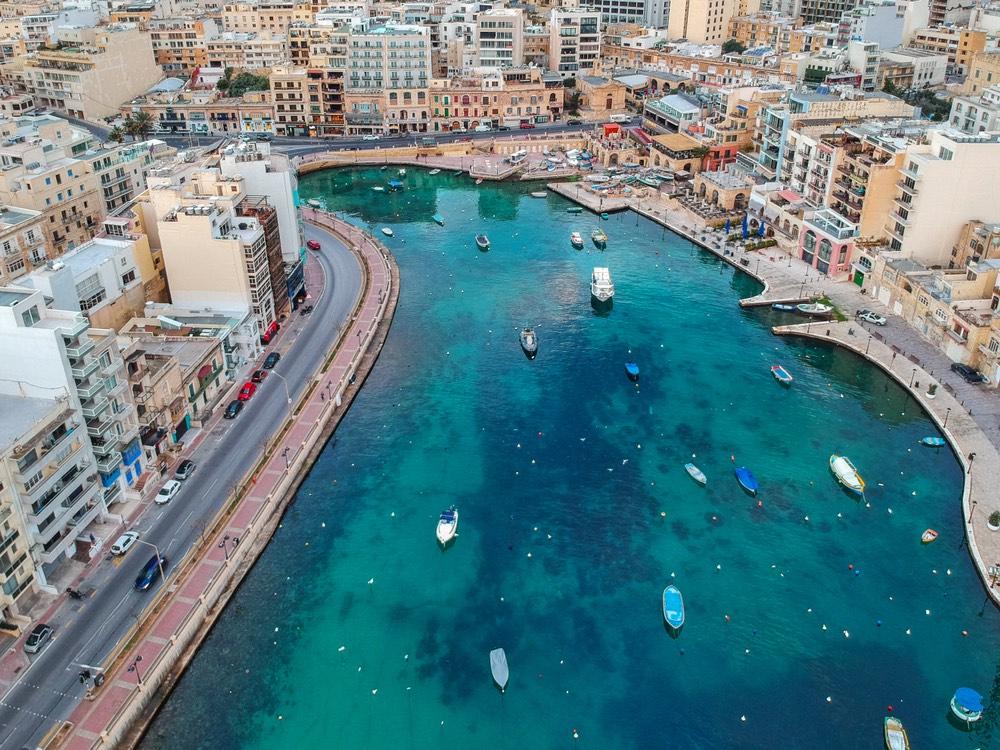 Spinola Bay v St. Julian's, Malta