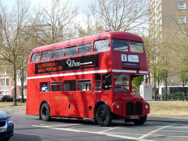 Červený dvojposchodový autobus v Londýne (zdroj: Wikipedia)