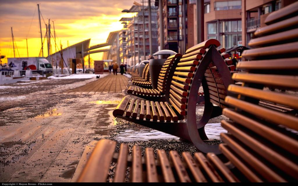 Oslo ulica v meste a zasnežené lavičky