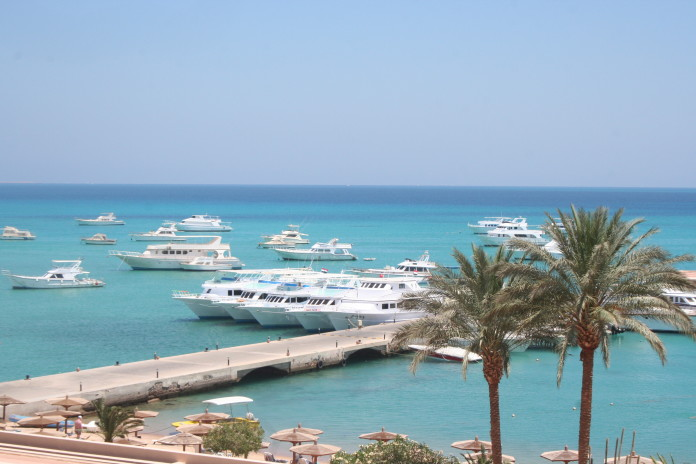 Hurghada Egypt pláž loďe a palmy