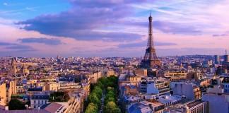 Paríž cez deň pohľad z vrchu a Eifelová veža v pozadí