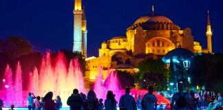 Istanbul v noci a fontána