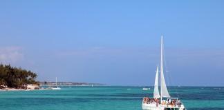 Dominikánska Republika krásne more a loďka