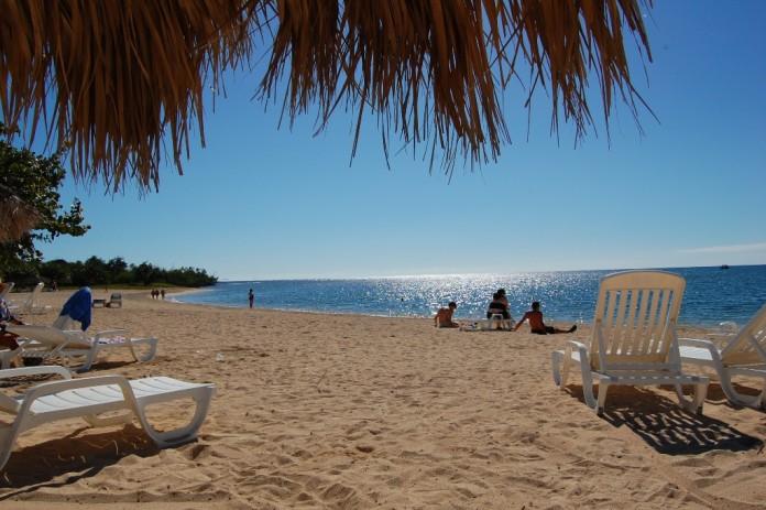 pláž s lehátkami