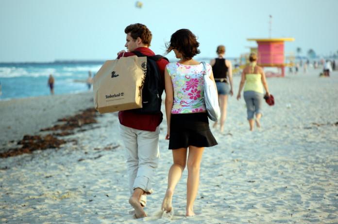 Párik na pláži v Miami na Miami Beach alebo South Beach