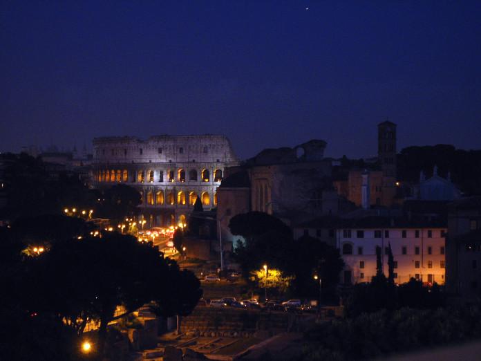 Pohľad na Rím a Koloseum v noci