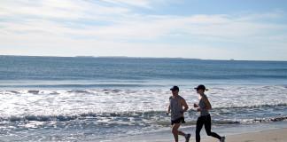 Ľudia behajú po pláži v Malajzii
