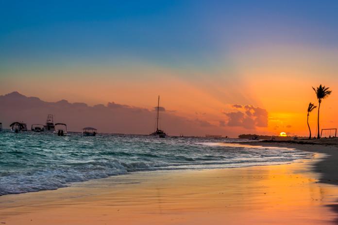 pláž v dominikánskej republike západ slnka