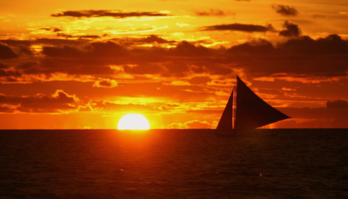 loď pri západe Slnka na Filipínach