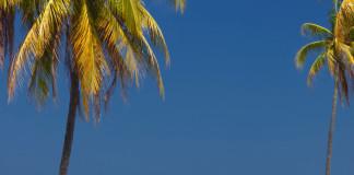 Kuba tradičné auto + pláž