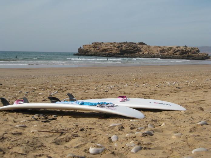 pláž na Maroku + surfy
