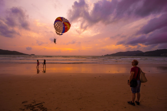 Thajsko - padák, turisti, pláž, more