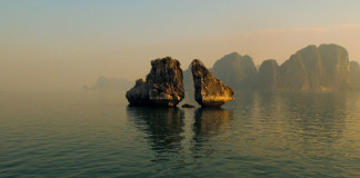 Vietnam - 2 skaly v mori