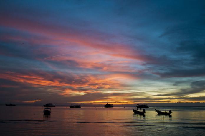 Thajsko - more, loďky, zápas slnka