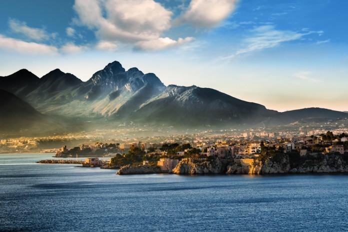 Sicília - mesto a za ním hory