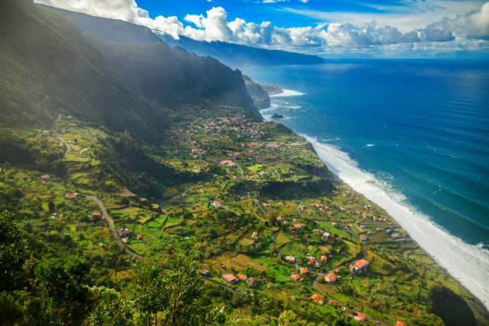 Madeira , Portugalsko - pobrežie a zelená krajina