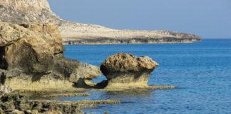 Cyprus, skalnaté pobrežie
