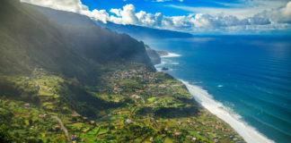 Madeira , Portugalsko pobrežie more zeleň