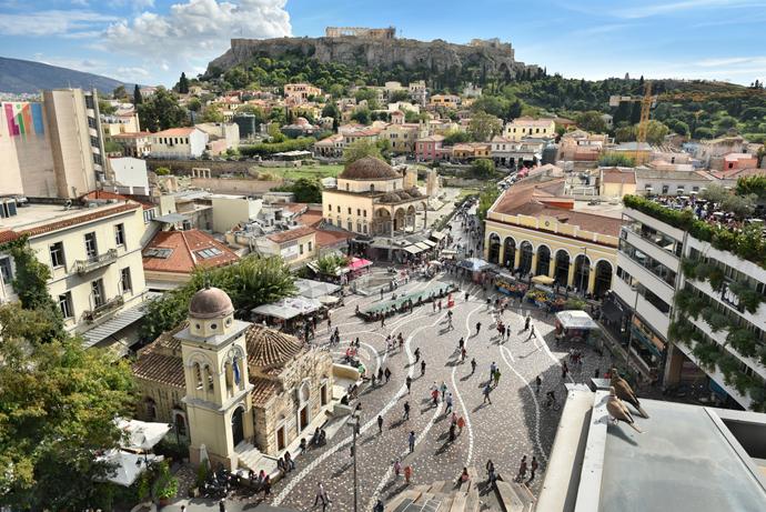 Atény, námestie v výhľadom na akropolu