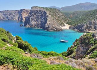Sardínia - útesy, pobrežie a loďka