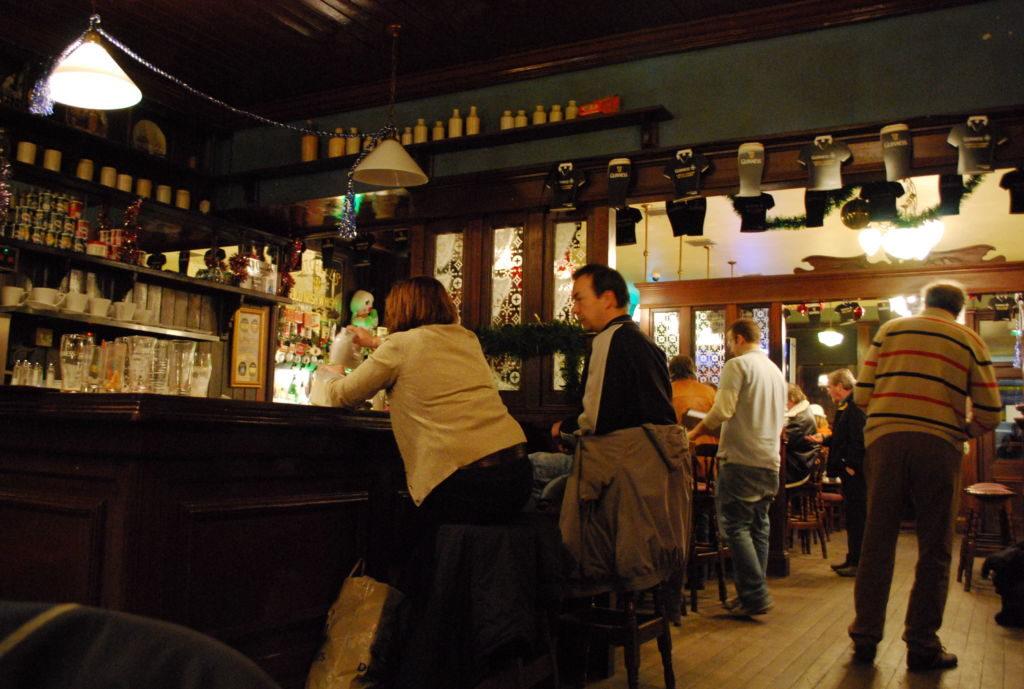muž a žena za barom