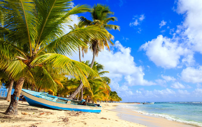 čln na pláži v Dominikánskej republike