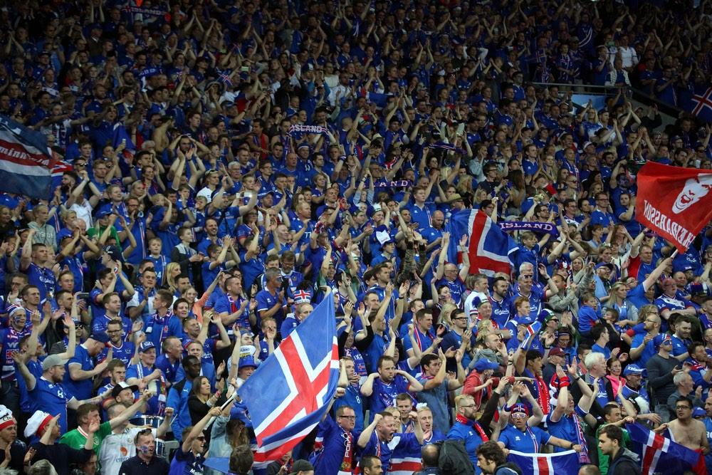 Islandskí futbaloví fanúšikovia počas šampionátu Euro 2016