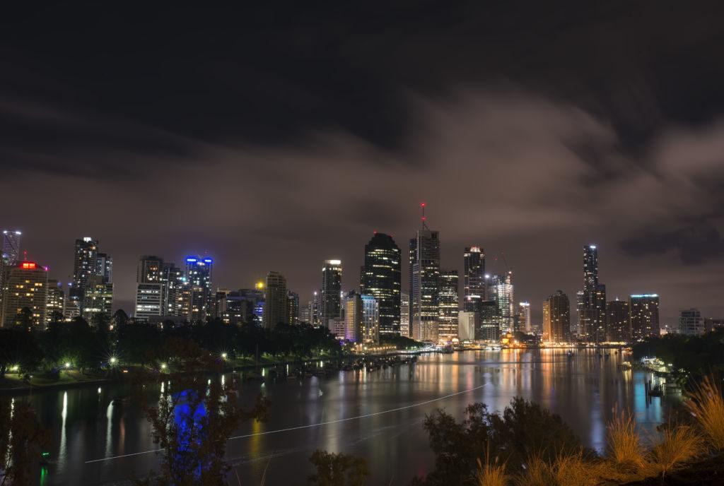 nočné mesto nad riekou