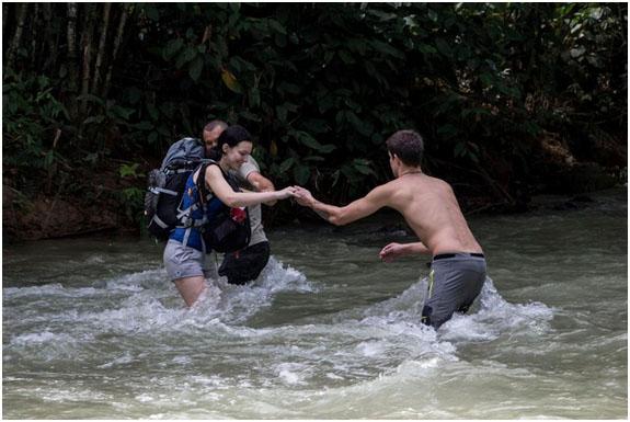 Brodenie rieky v období dažďov hladina stúpa a cesta do tábora je ťažšia