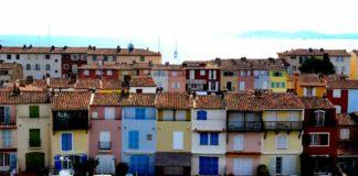 loďky pri farebnych domoch vo francuzsku