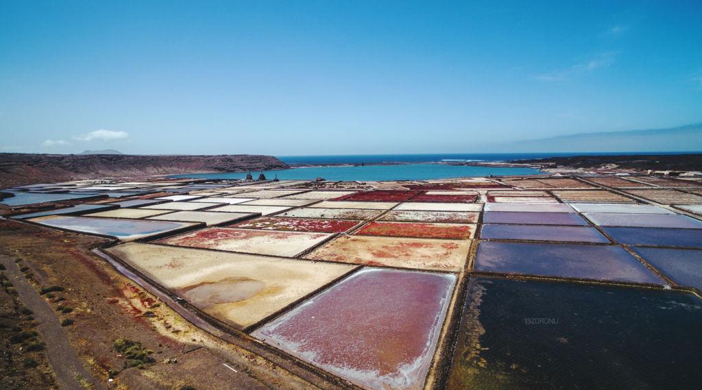 Soľné polia na Lanzarote na Kanárskych ostrovoch