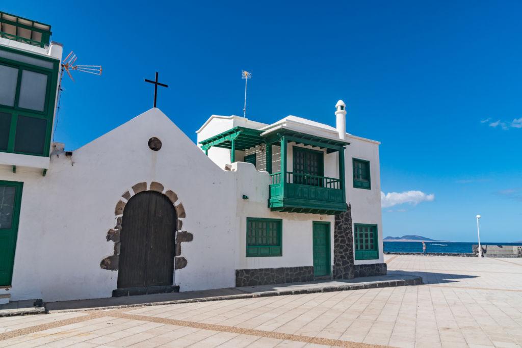 Pláž Caleta de Famara na Lanzarote plná surfistov