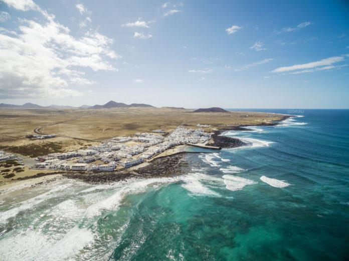 záber na plaž lanzarote z dronu