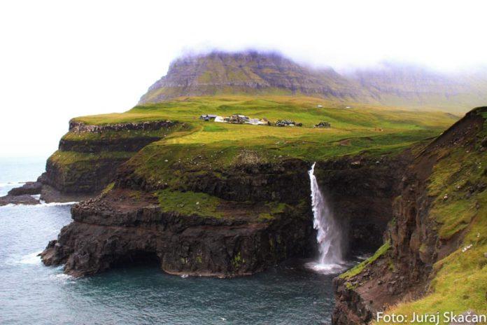 Dedinka a vodopád na faerských ostrovoch