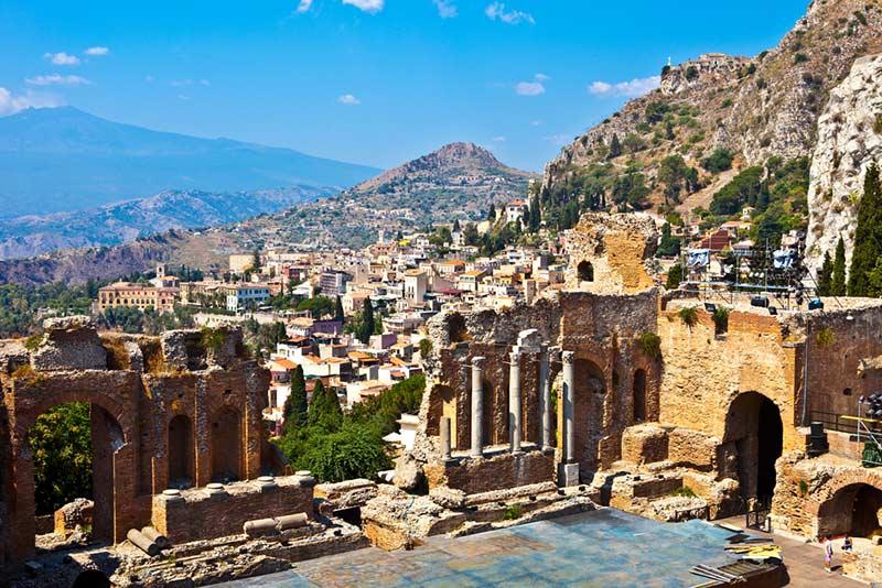 vyhlad z divadla na Taorminu na Sicilii