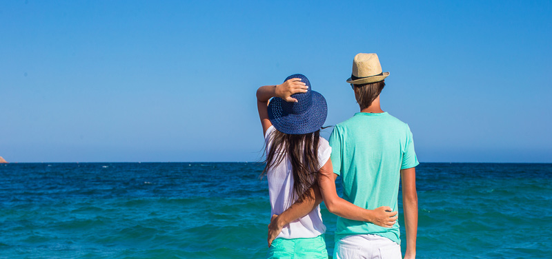 Pár na dovolenke pri mori
