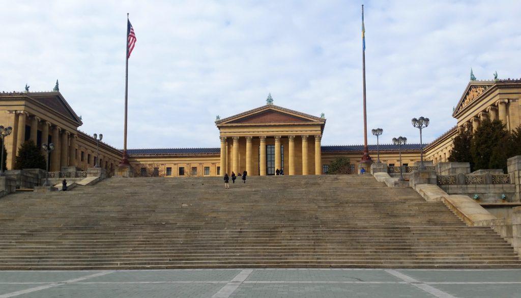 Budova Múzea umenia, kde Rocky bežal po schodoch