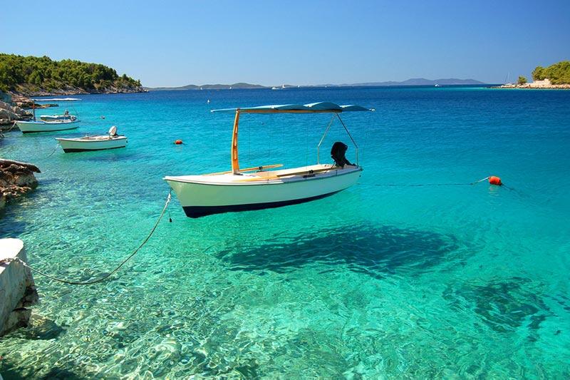 chorvátsko a ľoďka na mori ostrov Brač