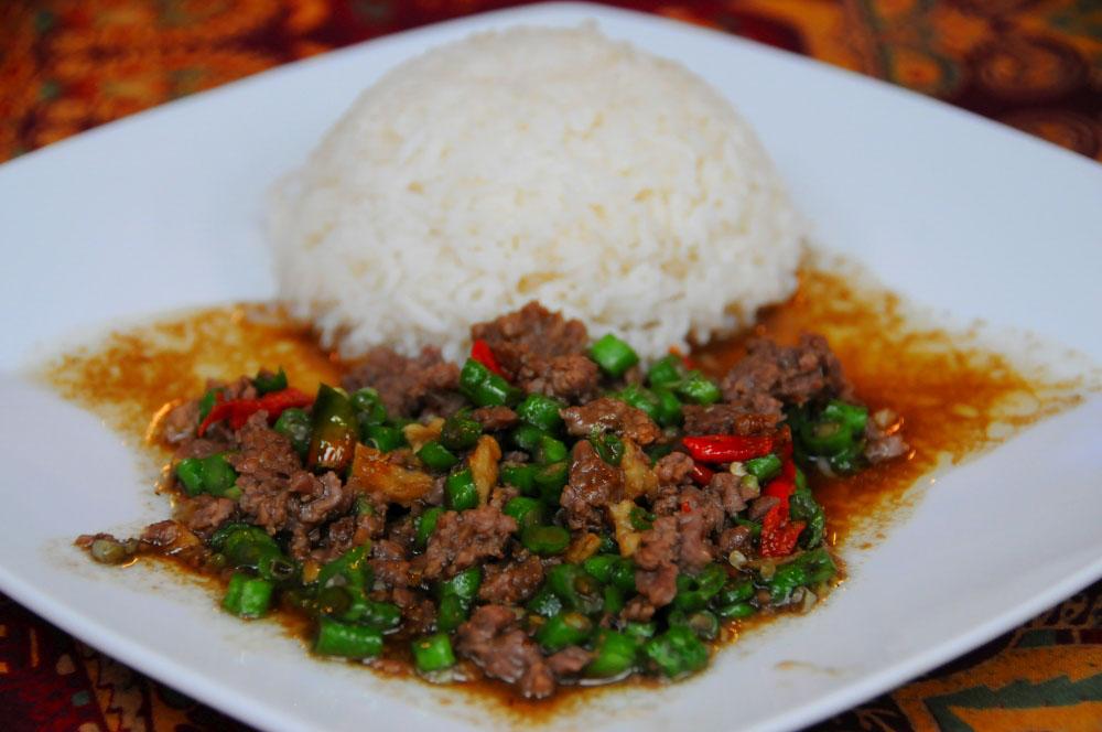 pad kra pao jedlo v thajsku